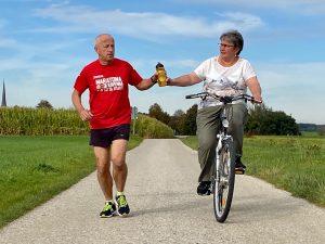 """Peter und Doris Jüstel sind seit Jahren ein eingespieltes Trainingsteam. Bei Lang-Distanzens übernimmt sie gerne mit dem Fahrrad die Rolle der """"Wasserträgerin"""""""
