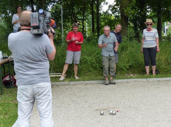 Boule-Urgestein Peter Schreyer mitten im Wettkampf vor laufender Kamera, kritisch beobachtet von den Mitspielern Heidi Lindner, Heinrich Körner, Christa Ertl und Wast Mitterer (von links)