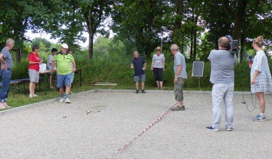 Boule-Spieler Heinrich Körner mitten im Wettkampf vor laufender Kamera, kritisch beobachtet von den Mitspielern Hans Vierl, Heidi Lindner, Wast Mitterer, Christa Ertl und Peter Schreyer (von links)