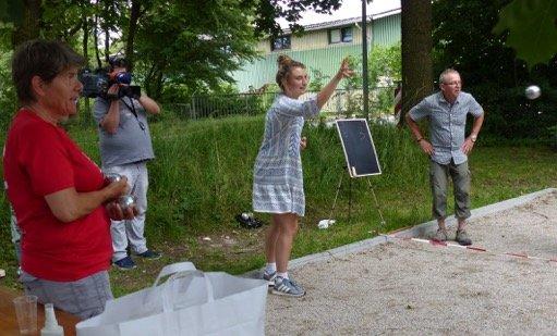 TV-Journalistin Luca-Emilia Dingl stieg mit in den Wettkampf ein und hatte sichtlich Spaß am Boule-Spiel