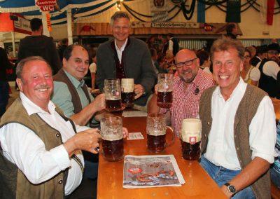 2016 Volksfest Bruckmuehl - zufriedene Gesichter der Vorstandschaft mit Wiesnbürgermeister und Rathaus-Chef