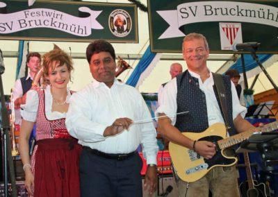 2016-Volksfest-Bruckmuehl-Tag1-Conny und Pfarrer James und Markus
