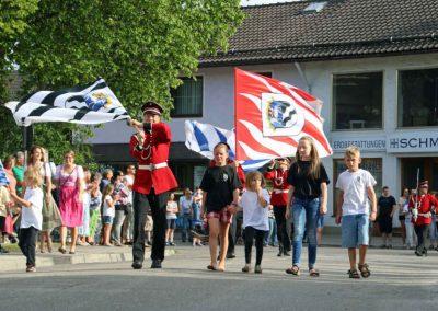 2016-Volksfest-Bruckmuehl-Tag1-Fahnenschwenker sorgen für Luftwirbel