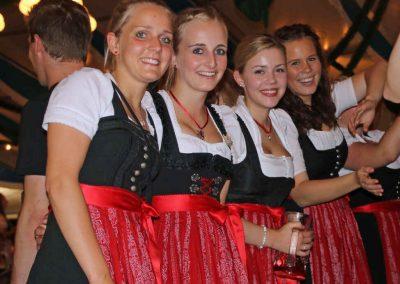 2016-Volksfest-Bruckmuehl-Tag1-Mädels sorgen für Farbtupfer im Festzelt