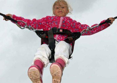 2016-Volksfest-Bruckmuehl-Tag10-auch die Kleinsten gingen beim Bungee-Jump in die Lüfte