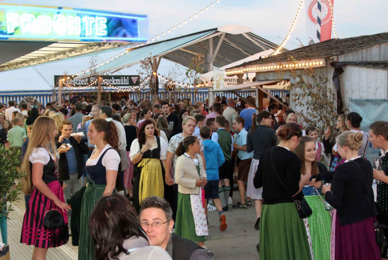 Dichtes Gedränge vor dem Volksfestzelt Bruckmühl am letzten Wiesn-Wochenende