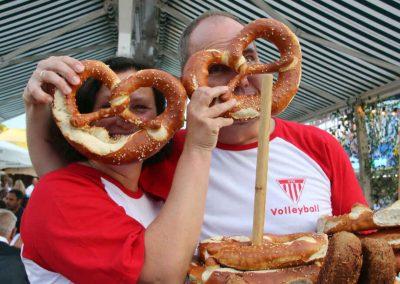 2016-Volksfest-Bruckmuehl-Tag2-Britta und Udo behalten den Durchblick beim Brenznverkauf