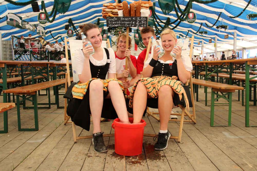 2016-Volksfest-Bruckmuehl-Tag2-Vitoria und Sabrina mit Brezn-Verkäufern der Volleyballer beim Relaxen