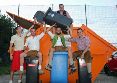2016-Volksfest-Bruckmuehl-Tag3-die Fußballer-Männer der MüllIentsorgung
