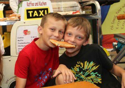 2016-Volksfest-Bruckmuehl-Tag6-Christian und Benedikt haben Heisshunger auf süße Nudeln