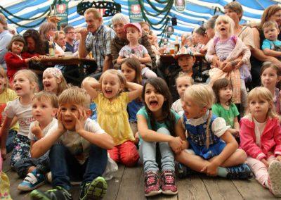 2016-Volksfest-Bruckmuehl-Tag6-Mitfiebern beim Kasperle mit Teufel
