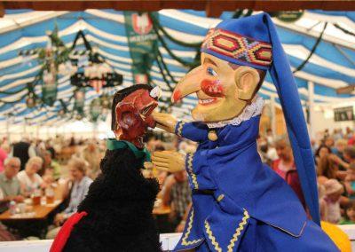 2016-Volksfest-Bruckmuehl-Tag6-Streit zwischen Teufel und Kaqsperl