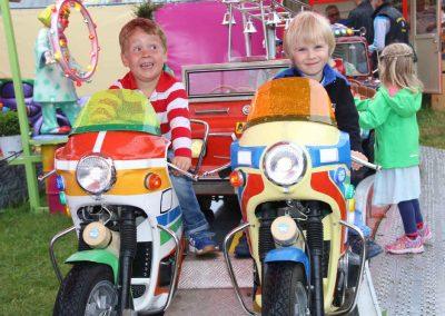 2016-Volksfest-Bruckmuehl-Tag6-zwei Lausbuben auf heißen Maschinen