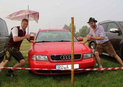 2016-Volksfest-Bruckmuehl-Tag7-Andi und Alex-Auto in der Wiese abgesoffen