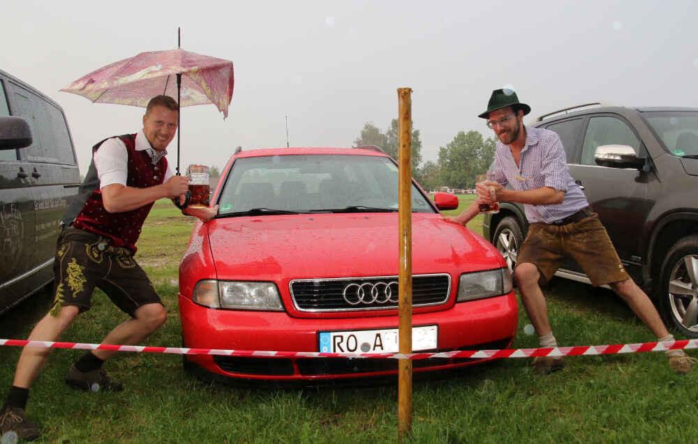 Volksfest Bruckmuehl 2016 - Tag7 - Andi und Alex Auto in der Wiese abgesoffen