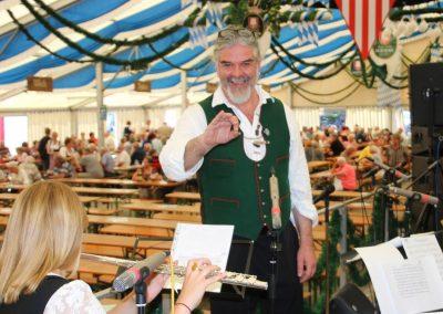 SVB-Volksfest-2018-Familientag-Dirigent Michael Rokoss hat sichtlich Spaß bei der Arbeit